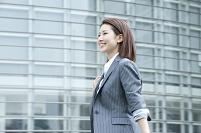 スーツを着てビジネス街を歩く20代ビジネスウーマン