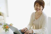 パソコンするミドル日本人女性