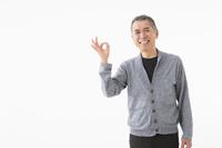 OKサインを出すシニアの日本人男性