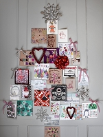 クリスマスカードでできたクリスマスツリー