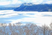 氷に閉ざされた冬の摩周湖