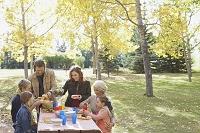 秋を楽しむ外国人家族