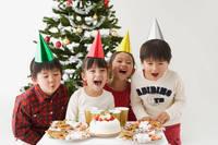 クリスマスパーティーを楽しむ子供