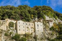 イタリア 岩壁にある巡礼聖堂