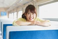 列車ではしゃぐ日本人女性