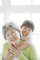 肩から抱く祖母と孫娘