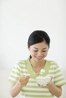 ご飯を食べる女性