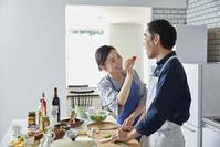 夫にミニトマトの味見をさせる日本人主婦