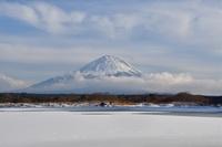 山梨県 精進湖より雲と富士山
