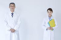 笑顔の男性研究員と女性研究員