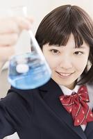 実験をする女子高生