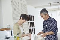 料理をする日本人シニア夫婦