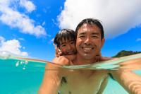 海水浴する日本人親子