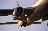 着陸するボーイング747旅客機 夕景