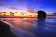 石川県 日の出前の見附島