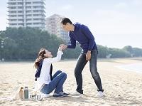 妻の手をとる夫