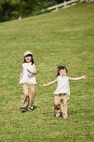 芝生の上を走る日本人の女の子