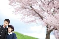 桜と笑顔の子供たち