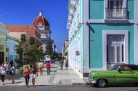 キューバ シエンフェゴス 54番通り/奥:州立博物館