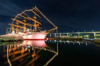 富山県 夜の海王丸と新湊大橋