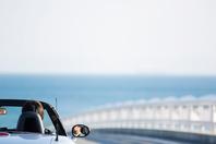 オープンカーに乗っている男性