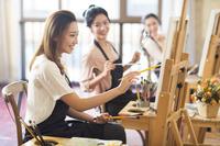 絵画教室で絵を描く女性