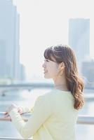 遠くを見つめる日本人女性