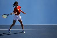 ボールを打つテニスプレーヤー