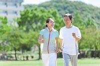 ジョギングをする日本人シニア夫婦