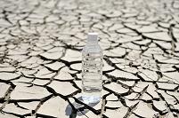 茨城県 ひび割れた大地にペットボトル