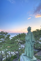 高知県 夕暮れの坂本龍馬像と海