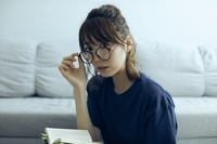 眼鏡をかけた日本人女性