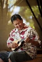ハワイ ウクレレを弾く男性