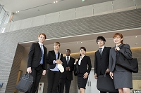 ロビーで並ぶスーツの日本人男女