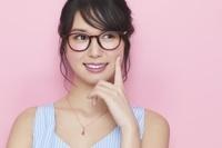 メガネをかけた日本人女性