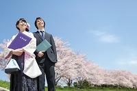 卒業証書を持つ大学生