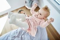 空に浮かぶ外国人の赤ちゃん