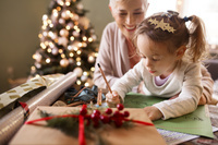 クリスマスを過ごすおばあちゃんと孫