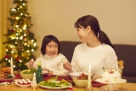 クリスマスを祝う日本人家族