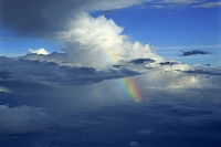 沖縄県 飛行機から見る積乱雲と雨と虹