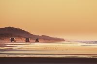 オーストラリア 海岸を走る自動車