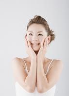 頬に手をあてる若い日本人女性