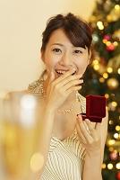 クリスマスにプロポーズされて感動する日本人女性