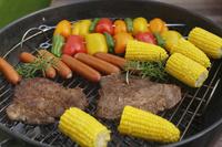 バーベキューグリルの上の肉や野菜