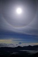 静岡県 南アルプス赤石岳より見る雲海に浮かぶ富士山と月暈とオ...