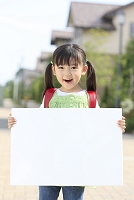 ホワイトボードを持つランドセルの日本人の女の子
