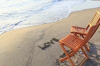 神奈川県 波打ち際の砂浜に置かれた椅子とLOVEの文字