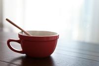 テーブルの上のカップスープ