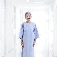 健康診断を受けるシニア日本人女性