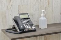 電話とアルコール消毒の容器